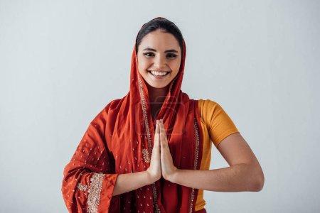 Photo pour Femme indienne souriante avec les mains du joueur regardant la caméra isolée sur gris - image libre de droit