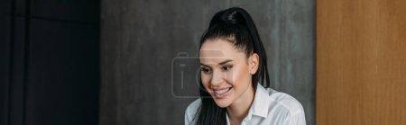 Photo pour Image horizontale de la femme brune souriante en chemise blanche - image libre de droit
