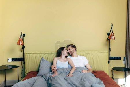 Photo pour Homme gai et femme regardant l'autre dans la chambre - image libre de droit