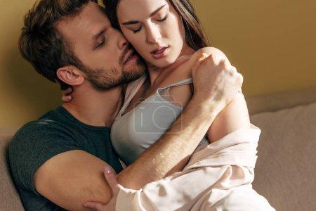Photo pour Homme passionné déshabiller et embrasser petite amie sensuelle - image libre de droit