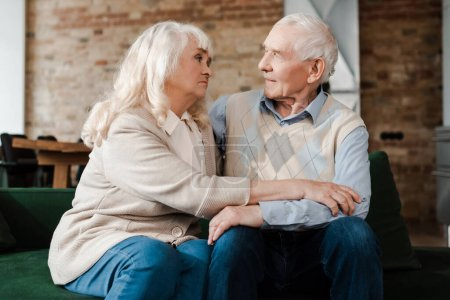 Photo pour Bouleversé couple âgé assis à la maison en quarantaine - image libre de droit