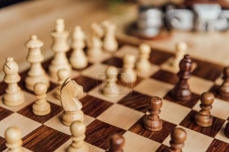 Photo pour Vue de détail du jeu d'échecs sur l'échiquier. Mise au point sélective sur la figure de cheval blanc aux échecs - image libre de droit