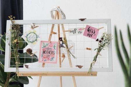 Foto de Junta creativa con tarjetas de felicitación y flores secas en la oficina - Imagen libre de derechos