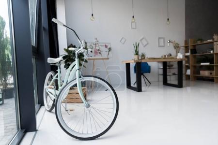 Photo pour Intérieur de vide créatif Bureau vélo avec espace de travail dans la journée - image libre de droit