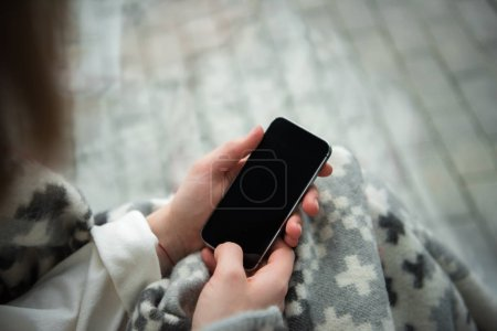 mujer holding smartphone