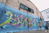 """Постер, картина, фотообои """"уличный художник живопись красочные граффити на стене"""""""
