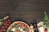 """Постер, картина, фотообои """"плоские лежал с итальянской пиццы и различные ингредиенты на деревянные настольные"""""""