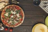 """Постер, картина, фотообои """"плоские лежал с аранжированное итальянская пицца, столовые приборы и различные ингредиенты на деревянные поверхности"""""""