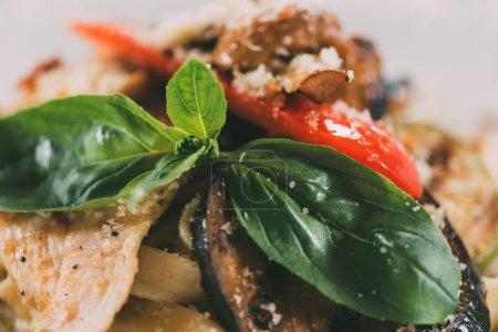 Nahaufnahme von vegetarischer Pasta mit gegrilltem Gemüse und Parmesan