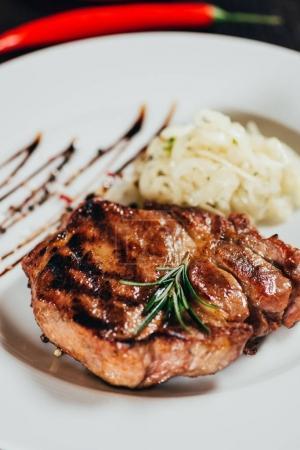 vue rapprochée du steak grillé juteux de gourmet au romarin sur plaque