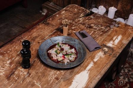 Photo pour Vue grand angle de Ceviche savoureux frais avec dorado et daikon sur table en bois au restaurant - image libre de droit