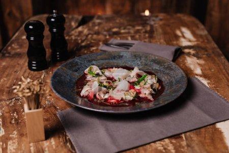 Photo pour Vue rapprochée de délicieux Ceviche avec dorado et daikon sur table en bois au restaurant - image libre de droit