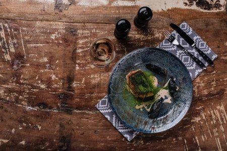 Photo pour Vue de dessus du gourmet frit zander et verre de vin sur la table en bois - image libre de droit