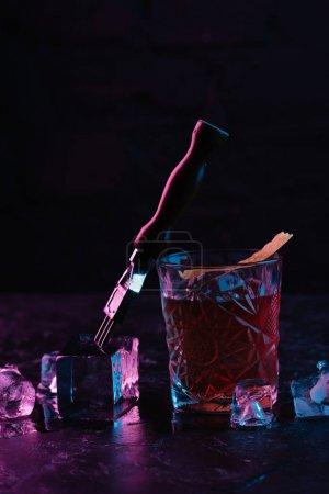 Nahaufnahme des Glases mit köstlichem alkoholischen Boulevardcocktail und Eiswürfeln