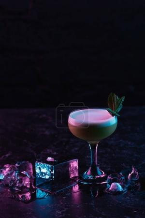 Photo pour Verre de délicieux kiwi gin sour cocktail avec des glaçons - image libre de droit