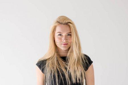 Photo pour Portrait de belle jeune femme blonde souriante à la caméra isolée sur gris - image libre de droit