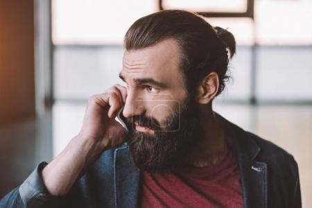 Foto de Hombre guapo con barba hablando por teléfono - Imagen libre de derechos