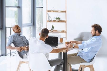 Foto de Gente de negocios multicultural discutir estrategia de negocio en reunión en la oficina - Imagen libre de derechos