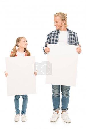 père et fille avec bannières vierges