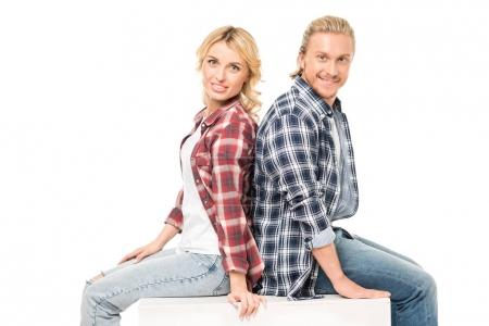 Photo pour Portrait de jeune couple souriant regardant la caméra isolée sur blanc - image libre de droit