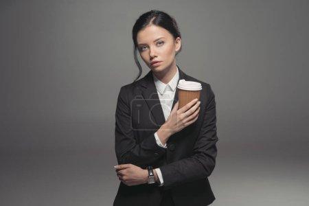 Photo pour Femme d'affaires caucasien tenant la tasse de café en papier, isolé sur fond gris - image libre de droit