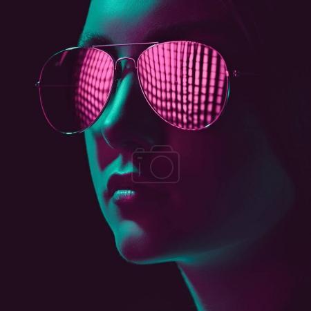Photo pour Headshot de jeune femme élégante dans des lunettes de soleil avec lentille rose - image libre de droit