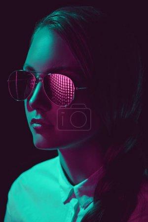 Photo pour Portrait d'une femme sérieuse en lunettes de soleil et de la chemise à la recherche de suite - image libre de droit