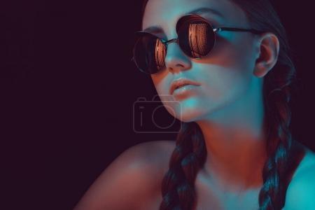 Photo pour Portrait de jeune femme élégante avec des tresses dans des lunettes de soleil à la mode - image libre de droit