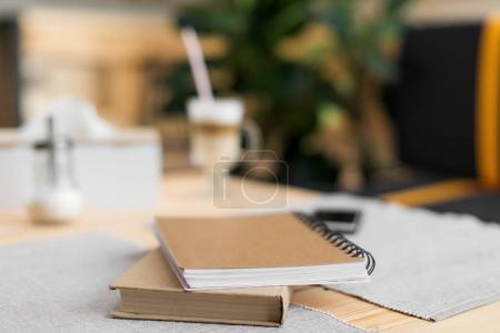 Foto de Cerrar vista de libro y apuntes sobre la mesa de café, enfoque selectivo - Imagen libre de derechos