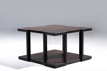 Photo pour Élégante table avec plateau en bois brun et en bas avec des pattes métalliques noires - image libre de droit