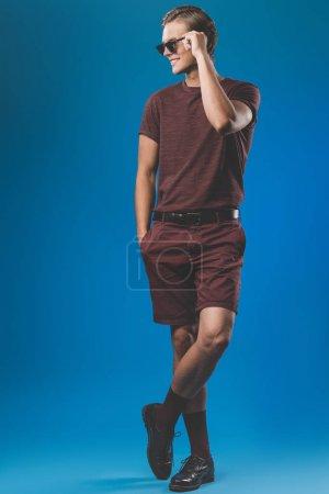 Photo pour Bel homme dans des vêtements élégants et des lunettes de soleil vintage - image libre de droit