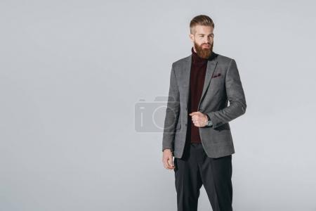 Foto de Retrato de hombre barbado atractivo en elegante blazer aislado en gris - Imagen libre de derechos