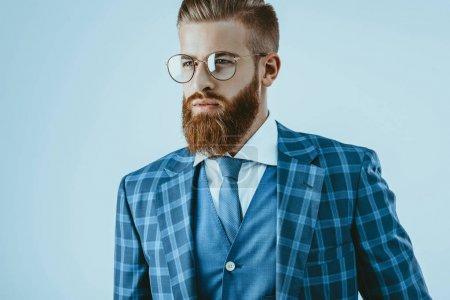 Photo pour Tête et épaules plan de l'homme dans des lunettes avec coiffure élégante isolé sur bleu - image libre de droit