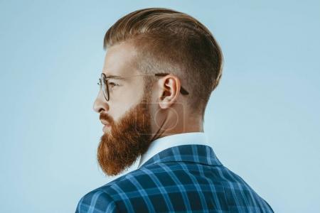 Foto de Tiro de cabeza y los hombros del hombre de anteojos con peinado estilo aislado en azul - Imagen libre de derechos