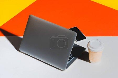 Photo pour Ordinateur portable, smartphone et jetable tasse de café - image libre de droit