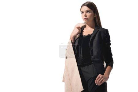 Photo pour Style belle femme posant en costume noir et trench-coat, isolé sur blanc - image libre de droit