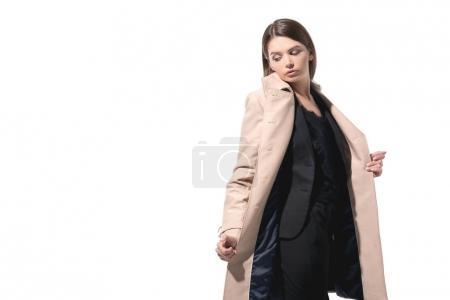 Photo pour Élégante femme élégante qui pose en Trench-Coat, isolé sur blanc - image libre de droit