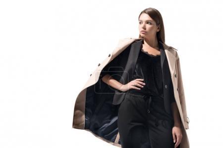 Photo pour Élégante femme élégante qui pose en Trench-Coat classique, isolé sur blanc - image libre de droit
