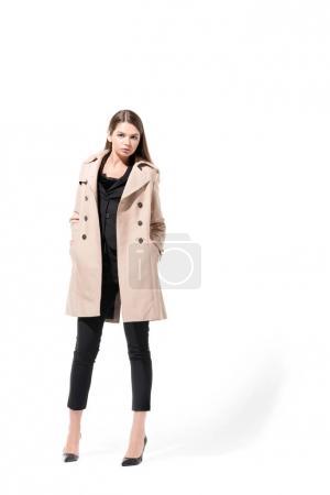 Photo pour Jeune femme belle qui pose en Trench-Coat classique, isolé sur blanc - image libre de droit