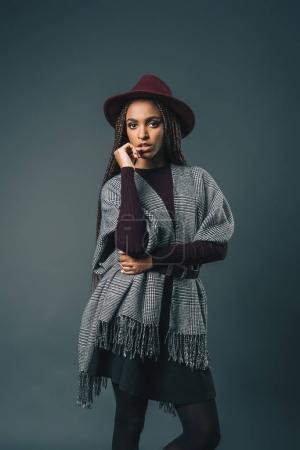 Photo pour Élégant joli modèle afro-américain regardant caméra isolée sur gris - image libre de droit