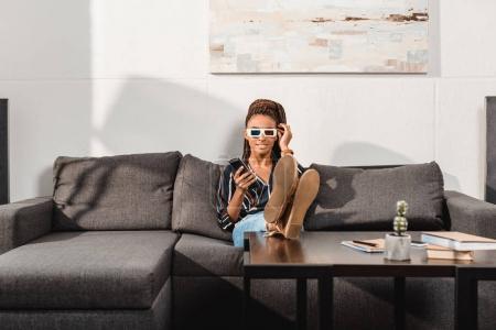 Photo pour Femme afro-américaine détendue regarder la télévision en lunettes 3D - image libre de droit