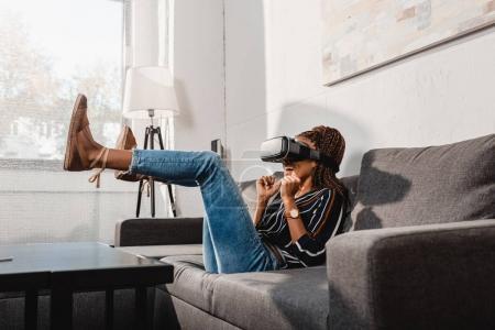 Photo pour Africaine américaine femme dans vr casque - image libre de droit