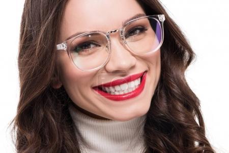 Photo pour Jeune souriant avec verres clairs porter de rouge à lèvres et regardant la caméra, isolé sur blanc - image libre de droit