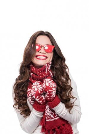 Photo pour Jeune femme heureuse en écharpe et moufles, lunettes de soleil rouge opaque, isolé sur blanc - image libre de droit