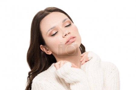 Photo pour Portrait de jeune belle femme au maquillage naturel posant les yeux fermés, isolée sur blanc - image libre de droit