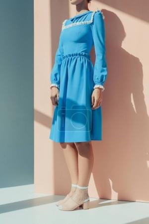 Photo pour Plan recadré de belle femme debout dans une robe turquoise à la mode avec des manches longues - image libre de droit