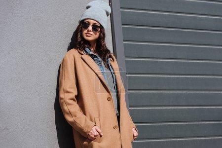 Photo pour Jolie femme dans automne costume et lunettes noires à l'extérieur - image libre de droit