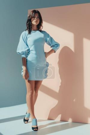 Photo pour Superbe femme debout en robe turquoise à la mode à la recherche de suite - image libre de droit