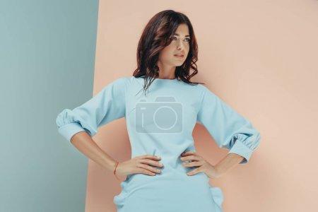 Photo pour Élégante femme debout en robe turquoise à la mode à la recherche de suite - image libre de droit