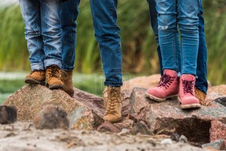 Photo pour Recadrée tir de famille debout sur les rochers sur la nature - image libre de droit